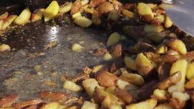 Batata fritada em um caldeirão vídeos de arquivo
