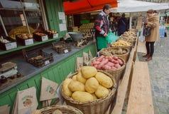 Batata local da venda de fazendeiro e outros vegetais no mercado da cidade foto de stock