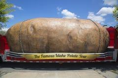 A batata a maior de World's nas rodas apresentadas durante a excursão famosa da batata de Idaho imagem de stock