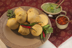 Batata Vada με chutney σκόρδου και μεντών και τσίλι στο άσπρο πιάτο Στοκ εικόνες με δικαίωμα ελεύθερης χρήσης