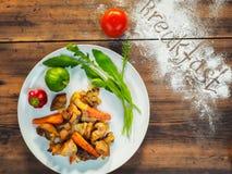 Batatas assadas com carne e alface em uma placa branca, vista superior Ainda vida dos vegetais no fundo da madeira velha Imagens de Stock Royalty Free