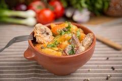 Batatas assadas e reforços de carne de porco Imagens de Stock Royalty Free