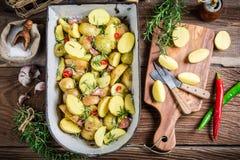 Batatas caseiros com alecrins e alho Fotografia de Stock Royalty Free