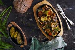 Batatas com cogumelos e o pepino conservado Foto de Stock