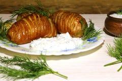 Batatas cortadas cozidas, fritadas com aneto fresco e sauc do creme de leite Fotos de Stock