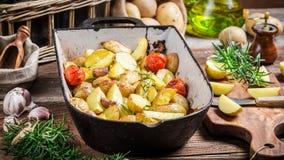 Batatas cozidas caseiros com alecrins e alho Foto de Stock Royalty Free