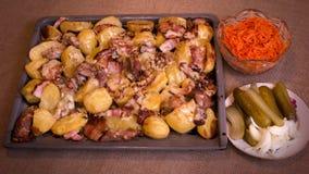 Batatas cozidas com carne e queijo fotos de stock