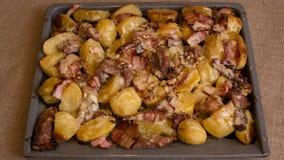 Batatas cozidas com carne e queijo imagens de stock