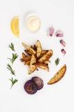Batatas cozidas com os alecrins e o alho, servidos com molho de aioli Fotos de Stock Royalty Free