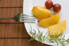 Batatas cozidas com tomates de cereja Imagem de Stock