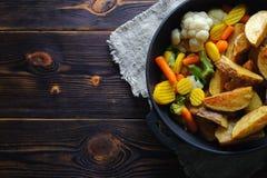 Batatas cozidas com vegetais em um espaço da cópia da bandeja foto de stock royalty free
