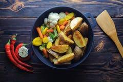 Batatas cozidas com vegetais em uma pimenta da frigideira e de pimentão imagem de stock royalty free