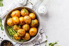 Batatas cozidas em um frigideira do ferro fundido, vista superior foto de stock royalty free