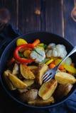 Batatas cozidas rústicas com vegetais em um espaço da panela para a cópia imagens de stock royalty free