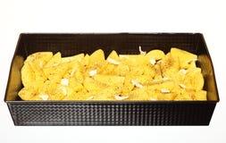 Batatas cruas com as especiarias prontas para ser roasted Imagens de Stock