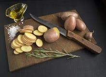 Batatas cruas cortadas Fotografia de Stock