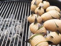 Batatas cruas, gravadas e flavored com louro Fotografia de Stock