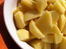 Batatas cruas na bacia Imagens de Stock