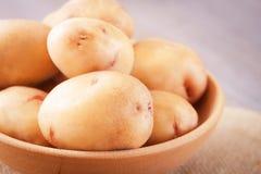 Batatas cruas na bacia, fim acima da vista foto de stock