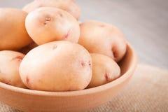 Batatas cruas na bacia, fim acima da vista imagem de stock