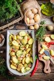 Batatas de cozimento preparadas com alho e alecrins Imagens de Stock Royalty Free