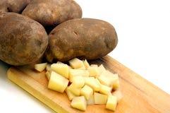 Batatas de Russet inteiras e cortadas Fotografia de Stock Royalty Free