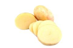 Batatas descascadas crus Tubérculos brilhantes da batata isolados em um fundo branco Batatas do corte do close-up Petiscos nutrit imagens de stock royalty free
