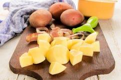 Batatas descascadas e preparadas no cubo pequeno imagem de stock