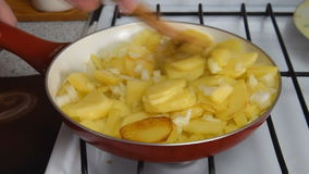Batatas do assado em uma frigideira filme