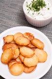 Batatas do assado em uma placa fotografia de stock