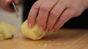 Batatas do corte nos quartos video estoque