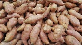 Batatas doces em um suporte do mercado imagem de stock royalty free