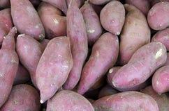 Batatas doces no mercado de rua Imagens de Stock