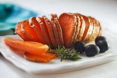 Batatas doces Roasted com alecrins e azeitonas Imagens de Stock