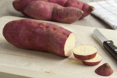 Batatas doces roxas com fatias Fotos de Stock Royalty Free