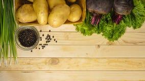 Batatas dos vegetais com beterrabas em uma tabela de madeira foto de stock