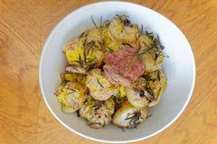 Batatas e alecrins grelhados fotografia de stock