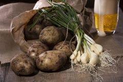 Batatas e alho fresco do jardim Foto de Stock Royalty Free