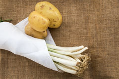 Batatas e alho-porros com guardanapo branco foto de stock