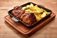 Batatas e carne fritadas na tabela imagem de stock royalty free
