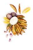Batatas e cebola cozidas com molho o dos alecrins, do alho e de aioli Fotografia de Stock Royalty Free