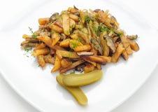 Batatas e cogumelos fritados com pepino posto de conserva Fotografia de Stock Royalty Free