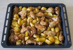 Batatas e galinha fritadas Fotografia de Stock