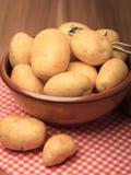 Batatas e Peeler foto de stock