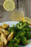 Batatas e suco grelhados dos brócolis e de abacaxi Fotos de Stock Royalty Free