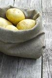 Batatas em um saco Fotos de Stock