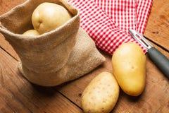 Batatas em um saco de serapilheira Foto de Stock