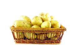 Batatas em uma caixa fotografia de stock royalty free
