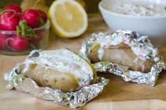 Batatas enchidas com iogurte, rabanete e limão Fotografia de Stock