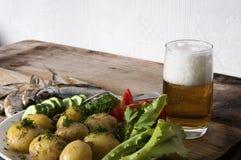Batatas fervidas com vegetais, peixes e cerveja Imagens de Stock